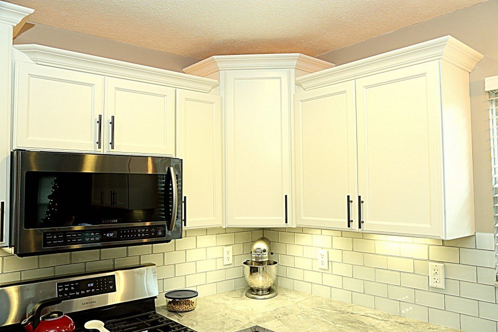 Super white granite with hampton cabinets and new hardwood flooring ohio property brothers for Select kitchen design columbus ohio